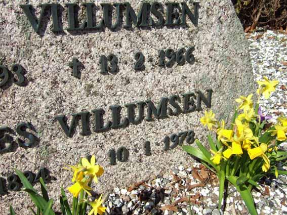 Nærbillede af sten på Brande gamle kirkegård i Nørvang Herred