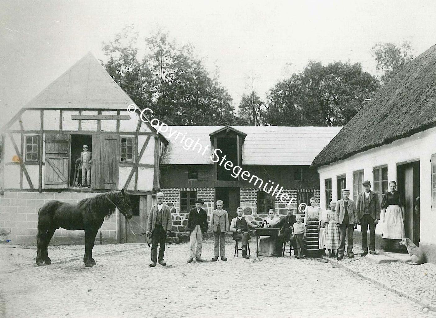 Jeg vil gætte på, det er Vester Mølle 1900 - 1920 i Thyregod Sogn, men sikkert er det ikke